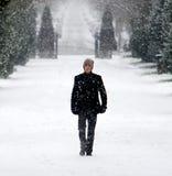 Stilvoller junger Mann im Schneewinterporträt Stockbilder