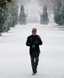 Stilvoller junger Mann im Schneewinterporträt Stockbild