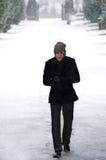 Stilvoller junger Mann im Schneewinterporträt Lizenzfreies Stockfoto
