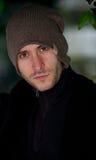 Stilvoller junger Mann im Winterporträt Stockbilder