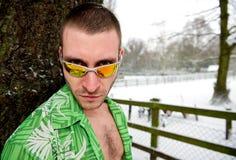 Stilvoller junger Mann im Winterporträt Stockfoto