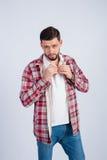 Stilvoller junger Mann knöpft Hemd Stockbild
