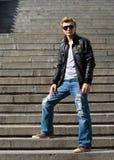 Stilvoller junger Mann steht auf der Treppe Stockbilder