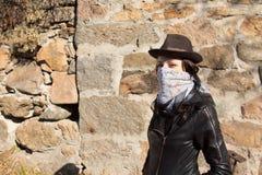 Stilvoller junger weiblicher Bandit Stockbild