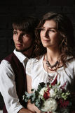Stilvoller Jungvermählten-Bräutigam und Braut, die zusammen steht Lizenzfreies Stockbild