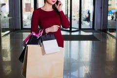 Stilvoller Käufer, der Los Handtaschen hält Innenraum eines Einkaufszentrums Lizenzfreie Stockfotografie