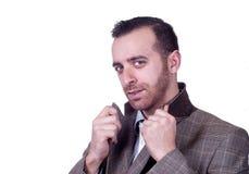 Stilvoller kaukasischer Mann, der in der grauen Klage aufwirft lizenzfreie stockfotografie