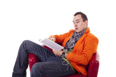 Stilvoller Kerl mit den Gläsern, die auf einem roten Stuhl sitzen Lizenzfreies Stockbild