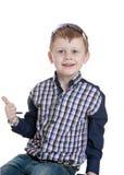 Stilvoller kleiner blonder Junge in einem karierten Hemd und Stockfoto