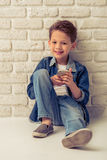 Stilvoller kleiner Junge Stockfotografie