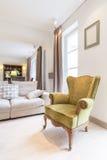Stilvoller Lehnsessel in einem angenehmen Innenraum Lizenzfreies Stockfoto