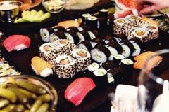 Stilvoller Luxus verzierte Tabellen mit Sushirollen für Geburtstagscer Stockfotografie