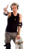 Stilvoller männlicher Schlittschuhläufer, der Handgeste zeigt Stockfotografie