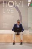 Stilvoller Mann, der am Computer an HOMI, Ausgangsinternationales Zeigung in Mailand, Italien arbeitet Stockbild