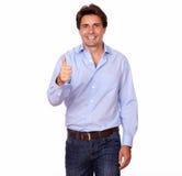 Stilvoller Mann, der Pluszeichen mit der Hand gestikuliert Lizenzfreies Stockbild