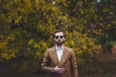Stilvoller Mann im eleganten Mantel stockfotos