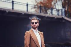 Stilvoller Mann im eleganten Mantel stockfoto