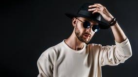 Stilvoller Mann im Hut und in der Sonnenbrille lizenzfreie stockfotografie