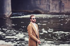 Stilvoller Mann im Mantel lizenzfreie stockfotos