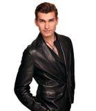 Stilvoller Mann im schwarzen Anzug lokalisiert auf weißem Hintergrund. Lizenzfreie Stockfotos