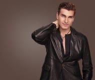 Stilvoller Mann im schwarzen Anzug. Mode-Modell. Stockbild