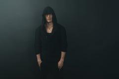 Stilvoller Mann im schwarzen Hoodie Stockbild