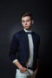 Stilvoller Mann im Studio Stockfotografie