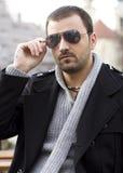 Stilvoller Mann mit Sonnenbrille stockfotos