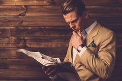 Stilvoller Mann mit Zeitung Stockfotos