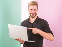 Stilvoller moderner Auftrittmanager des Kerls, Inhalt für soziale Netzwerke produzierend Social Media-Marketing-Experte Smm-Manag stockbild