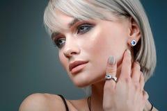 Stilvoller Ohrring auf dem Ohr des Modells Makrostudioporträt einer Frau und der Dekorationen stockfotos