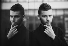 Stilvoller stattlicher Mann lizenzfreie stockfotos