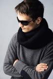 Stilvoller stattlicher Mann in den dunklen Sonnenbrillen lizenzfreie stockfotografie