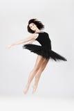 Stilvoller und junger Ballettarttänzer springt lizenzfreies stockfoto