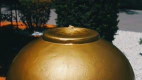 Stilvoller ungewöhnlicher Brunnen für das Trinken in Form eines Balls in der Hauptstadt von Aserbaidschan, Baku stock video footage