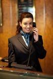 Stilvoller weiblicher Begleiter an der Hotelaufnahme stockfoto