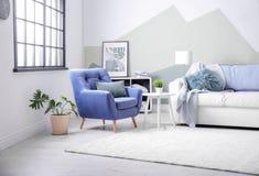 Stilvoller Wohnzimmerinnenraum mit bequemem Sofa stockfoto