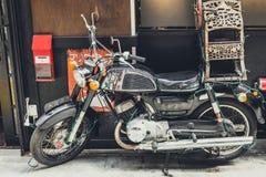 Stilvolles altes Motorrad auf einer Stra?e Nahaufnahme getont stockfotografie