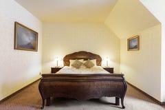 Stilvolles Bett im Luxusschlafzimmer Stockfoto
