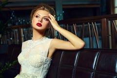 Stilvolles blondes Brautmädchenmodell im Hochzeitskleid Stockfotos