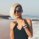 Stilvolles blondes Gehen auf den Strand Stockfotos