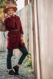 Stilvolles blondes Mädchen, das mit Tasche aufwirft Lizenzfreies Stockbild