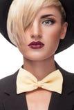 Stilvolles blondes Mädchen mit Hut im Kopf Stockbild