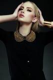 Stilvolles blondes Modell der jungen Frau mit hellem Make-up mit perfekter sauberer Haut Stockbild