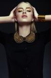 Stilvolles blondes Modell der jungen Frau mit hellem Make-up mit perfekter sauberer Haut Stockfoto