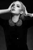 Stilvolles blondes Modell der jungen Frau mit hellem makeu Lizenzfreies Stockbild