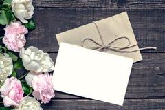 Stilvolles Brandingmodell, zum Ihrer Grafiken anzuzeigen Weinlesehochzeits-Grußkarte mit den rosa und weißen Rosen Lizenzfreies Stockbild