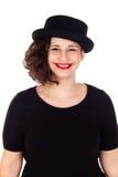 Stilvolles curvy Mädchen mit schwarzem Hut und Kleid lizenzfreies stockfoto