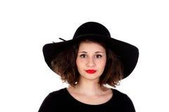 Stilvolles curvy Mädchen mit schwarzem Hut und Kleid stockfotos