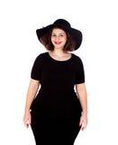 Stilvolles curvy Mädchen mit schwarzem Hut und Kleid lizenzfreie stockfotografie